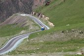 Serpentine road in the mountains — Stock Photo