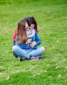 母と娘を屋外ハグします。 — ストック写真