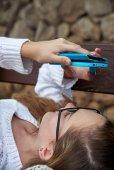 Meisje met smartphone close-up — Stockfoto