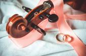 Wedding rings and violin — Stock Photo