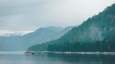 Ship on Teletskoe lake against mountains, Altay — Vídeo de Stock