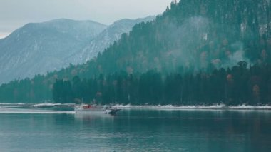 Ship on Teletskoe lake against mountains, Altay — Stock Video