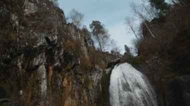 The Korbu waterfall in mountains of Altay Republic (Russia, Siberia) — Stok video