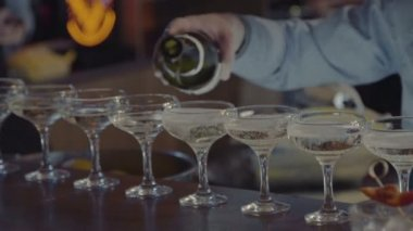 The bartender pours champagne — Stock Video