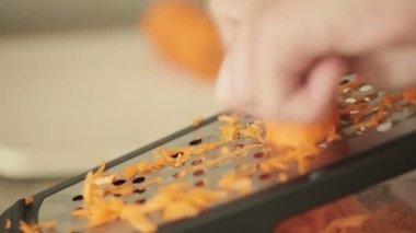 Ruka držící mrkev zeleninová jídla kuchyňské struhadlo — Stock video