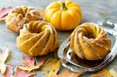 Pumpkin cakes with autumn leaves  — Stock Photo