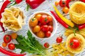 ингредиенты для приготовления макарон и овощей красный желтый зеленый — Стоковое фото