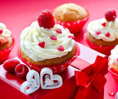 Saint Valentine's Day. Muffins for breakfast and gift box square — Stockfoto