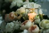 Candela intorno i fiori — Zdjęcie stockowe