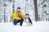 Man and husky — Stock Photo