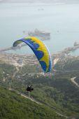 Ulotki paraplane pod mount siedem wiatry — Zdjęcie stockowe