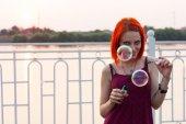 Chica sopla burbujas — Foto de Stock