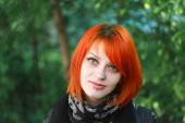 Красные волосы девушка гуляет в площади — Стоковое фото