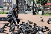 Girl walks with pigeon — Stock Photo
