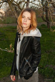 Pretty young girl walks — Stockfoto