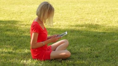 Young woman using tablet. — Stock Video