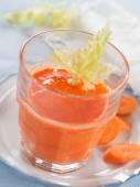 Świeży sok z marchwi i selera — Zdjęcie stockowe