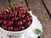 Ripe cherries in rustic bowl — Stock Photo