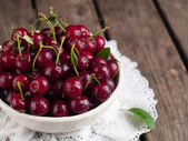 Ripe cherries in rustic bowl — Stock Photo