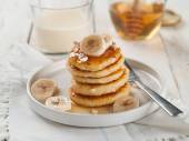 Cottage cheese pancakes with honey — Stock Photo