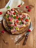 Herzförmige pizza — Stockfoto