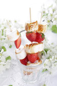 Grilled marshmallows and fresh strawberry — Stock Photo
