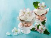 Cupcake or muffin with fresh flower — Stock Photo