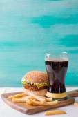 Cheeseburger with cola — Stock Photo
