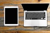 Tablett- und Computer auf alten Holztisch — Stockfoto