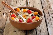 завтрак с овсянки и свежими ягодами — Стоковое фото