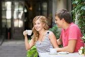 Šťastný pár má skvěle vane nad šálkem kávy — Stock fotografie