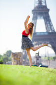 Romantic dancing in Paris near the Eiffel tower — Stock Photo