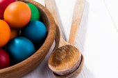Easter eggs and wooden plate isolated on white — Stock Photo