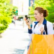 Shocked shopper woman looking at her smart phone — ストック写真
