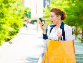 Shocked shopper woman looking at her smart phone — Stock Photo