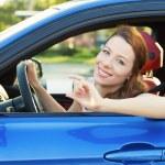 Yeni araba gösteren boş sürücüleri lisans kadında — Stok fotoğraf #52152227