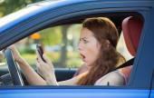 应女司机,开私家车检查智能手机 — 图库照片