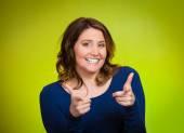 Mujer feliz señalando con el dedo en tu cámara gesto — Foto de Stock