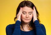 Vrouw met zoveel gedachten benadrukt — Stockfoto