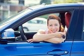 Kadın, tuşları gösteren yeni arabada oturan alıcı여자, 키를 보여주는 그녀의 새로운 차에 앉아 구매자 — Stok fotoğraf