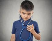 Child little boy listening to his heart with stethoscope — Stockfoto