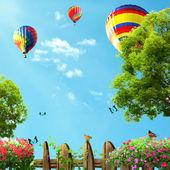 Balões de ar quente altos no céu azul, vista do jardim de casa — Fotografia Stock
