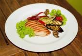 Peitos de frango grelhados e legumes — Foto Stock