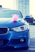 Car with piggy bank on hood — Stock Photo