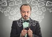 Man sending message email from smartphone  — Стоковое фото