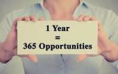 Closeup işareti bir yıl 365 fırsatları iletisi tutan eller — Stok fotoğraf