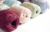 白い背景で糸の色 — ストック写真