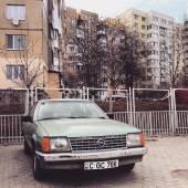 Автомобиль Opel, припаркованные возле дома — Стоковое фото
