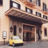 Yellow car near building — Stock Photo