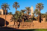 Mud wall, minaret  and oasis — Stock Photo